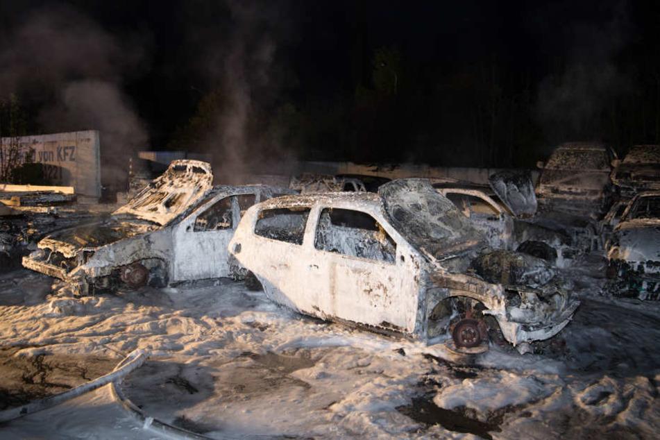 Auf dem Platz waren Autos und ein Reifenstapel in Brand geraten.