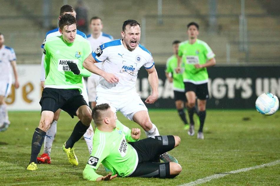 Florian Hansch (CFC) und Daniel Frahn (liegend) nehmen Alexander Langlitz in die Zange.