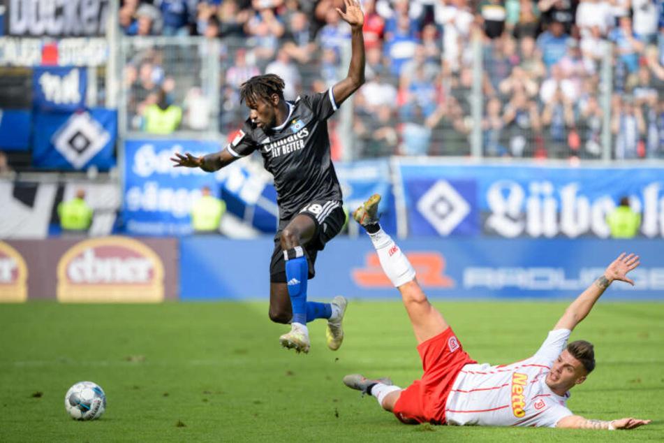 Jatta springt im Zweikampf bei einem HSV-Spiel in die Luft.