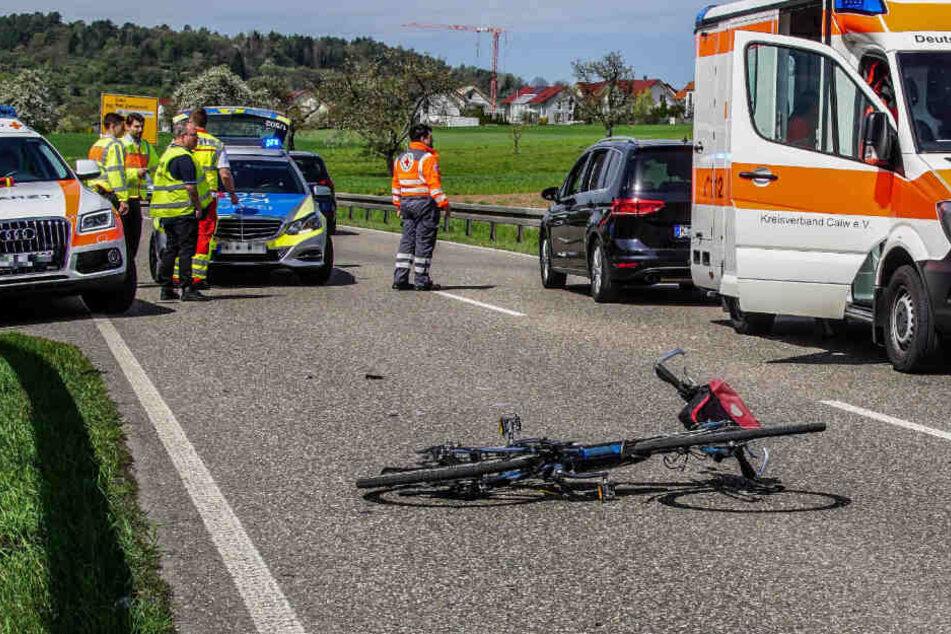 Tragisch! Radfahrer fährt aus Feldweg, wird von Auto erfasst und stirbt
