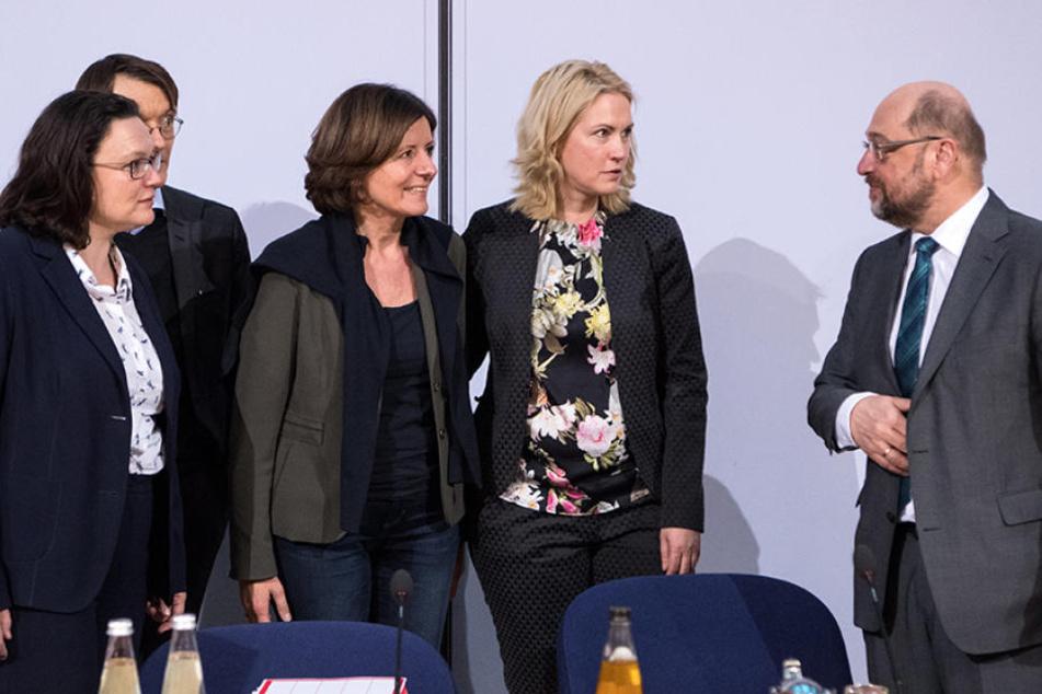 Die SPD-Spitze um Martin Schulz (re.) schaut dem Mitgliederentscheid gespannt entgegen.