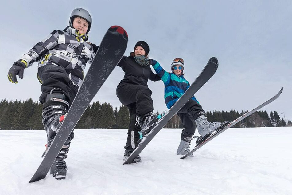 Therapeutin Corinna Neidhardt (32) gibt Carl (13, li.) und Dinara (15) Skistunden. Das Wochenende verbringen sie noch gemeinsam im Erzgebirge.