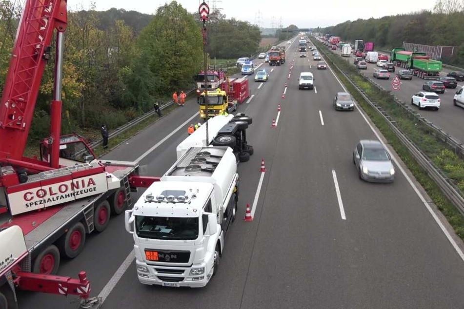 Mit Heizöl beladener Lkw kippt um: Chaos auf Autobahn