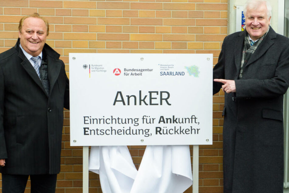 Horst Seehofer (r.) ist von der Wirksamkeit der Ankerzentren überzeugt. (Archivbild)