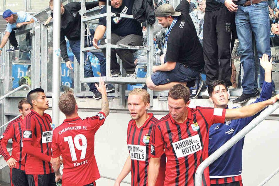 Nach der Niederlage mussten die diesmal in Rot-Schwarz angetretenen Himmelblauen ihren Fans die mehr als mäßige Leistung erklären.