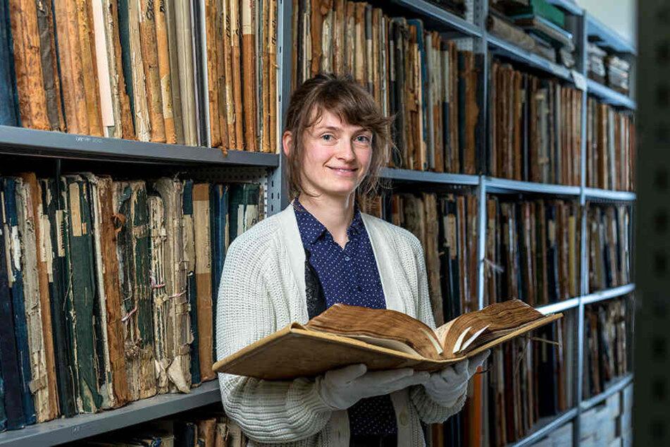 Im Stadtarchiv hat Sprachwissenschaftlerin Mandy Ettelt (35) die Jahrhunderte  alten Straffälle gesichtet.