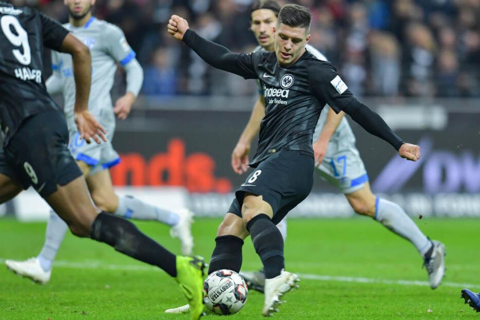 Gegen Schalke 04 wurde Luka Jovic (am Ball) mit seinem verwandelten Strafstoß in der neunten Minute der Nachspielzeit zum Matchwinner.