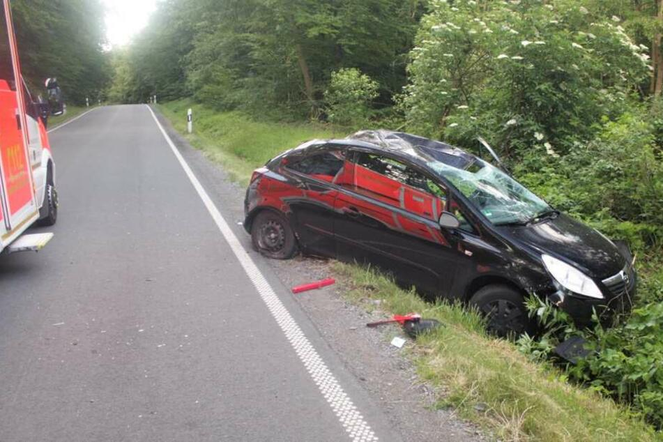 Der Wagen kam von der Straße ab und überschlug sich.