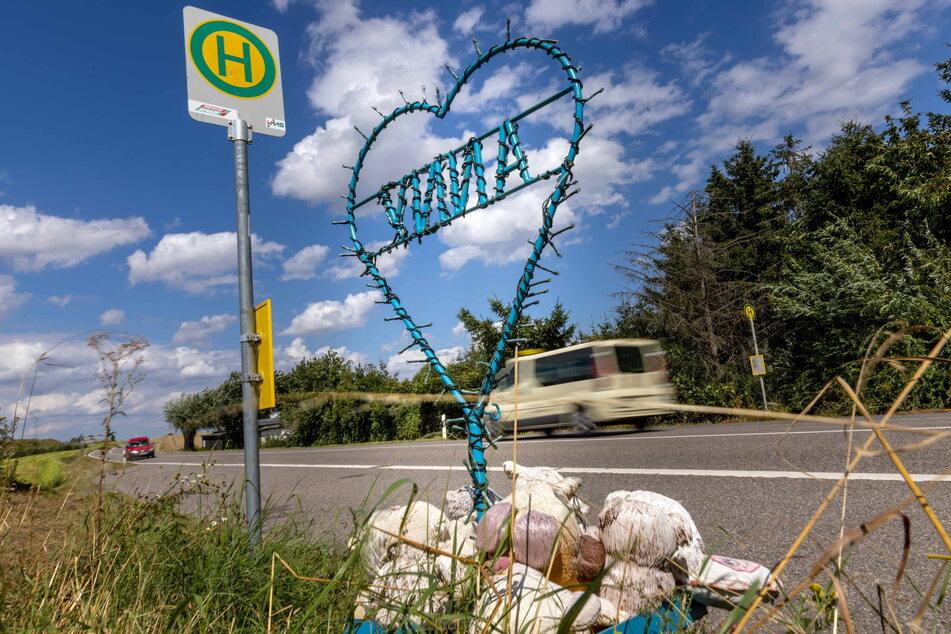 Eine kleine Gedenkstätte erinnert am Straßenrand an die Elfjährige.