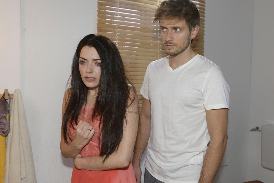 Emily wird nach dem traumatischen Erlebnis von ihrem Zwillingsbruder vorgefunden.