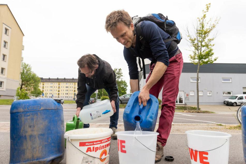 Chemnitzer Eltern treffen sich zum Bäume-Gießen