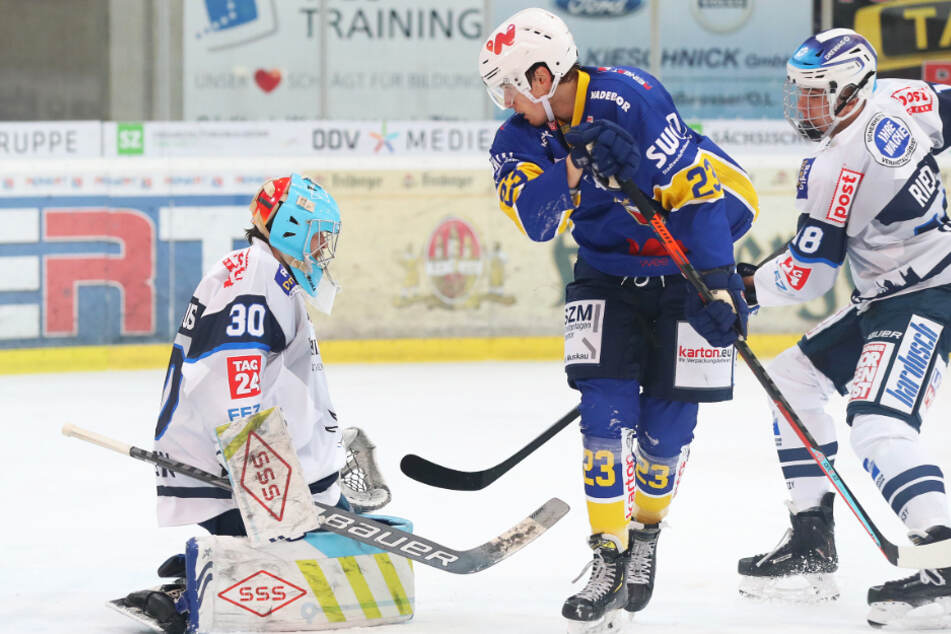 Goalie Riku Helenius (l.) hatte am Sonntag gegen die Lausitzer Füchse um Thomas Reichel alle Hände voll zu tun.