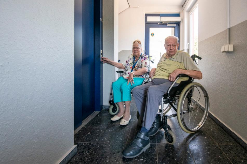 Die Hausbewohner Rita Wagner (79) und Stefan Beier (73) sind auf den Aufzug angewiesen.