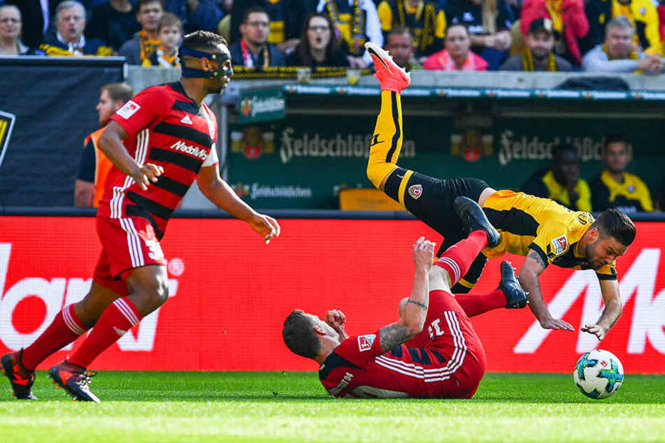 Gegen Ingolstadt half Niklas Kreuzer (r.) bereits zum zweiten Mal über die linke Seite aus. Gegenspieler Marcel Gaus (M.) warf sich ihm hier in den Weg.