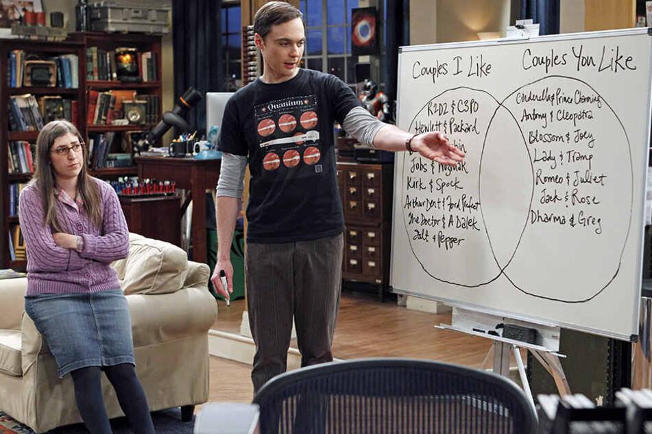 Amy und Sheldon arbeiten gemeinsam an einer Formel. Ein Physiker aus dem Hintergrund sorgt für die Echtheit der Darstellungen.