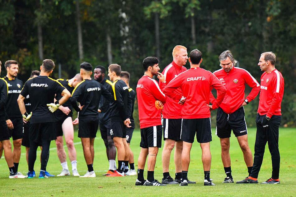 Trainer- und Spieler-Meeting: Nach der gestrigen Einheit stellten sich das Trainer-Gespann und die Spieler in einem Kreis auf und werteten die Übungen aus.