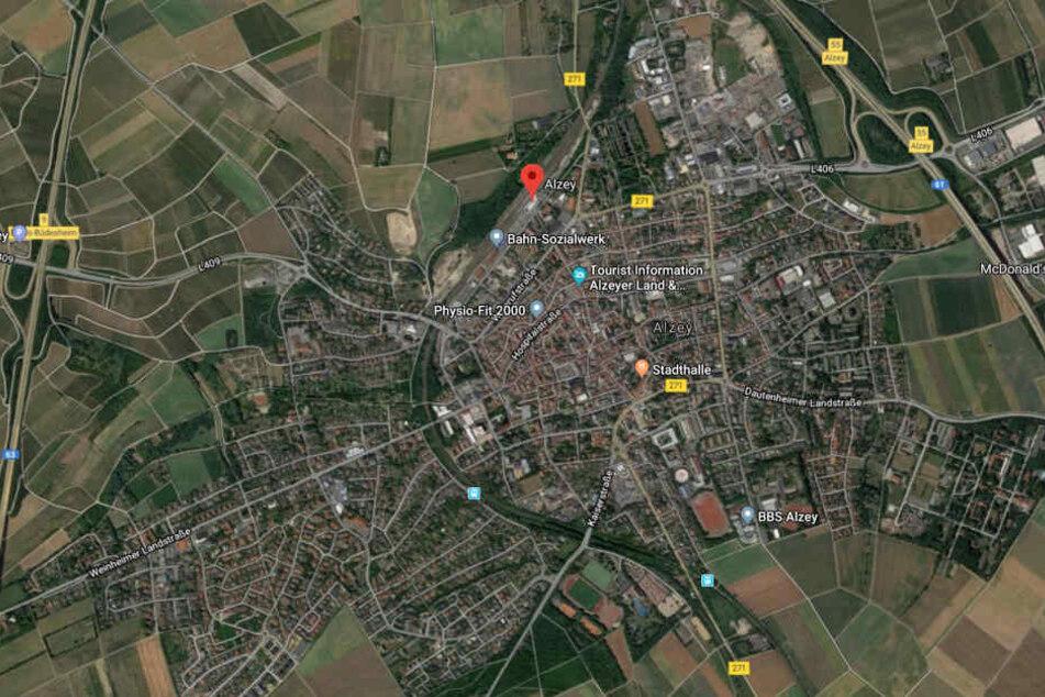 Der Vorfall ereignete sich nach Polizeiangaben am Montagabend im Alzeyer Bahnhof.