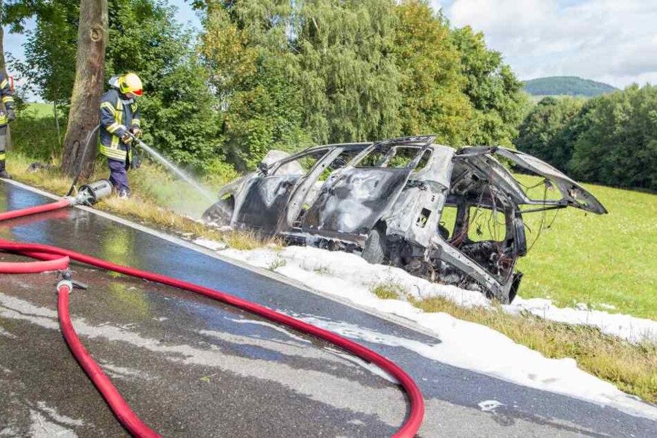 Die Feuerwehr musste den VW mit Wasser und Schaum löschen.