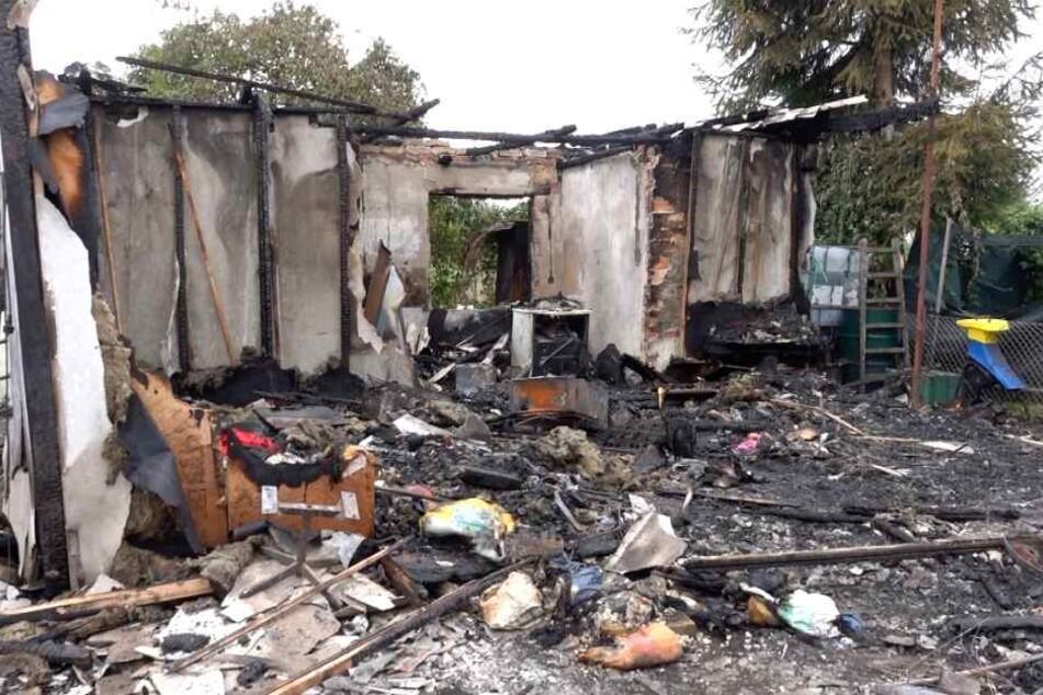 Feuerwehr findet Leiche bei Laubenbrand