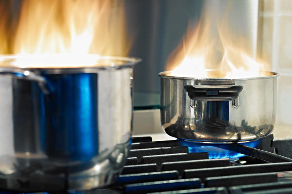 Schlimmer Fehler: Frau will brennendes Öl mit Wasser löschen, dann passiert DAS!