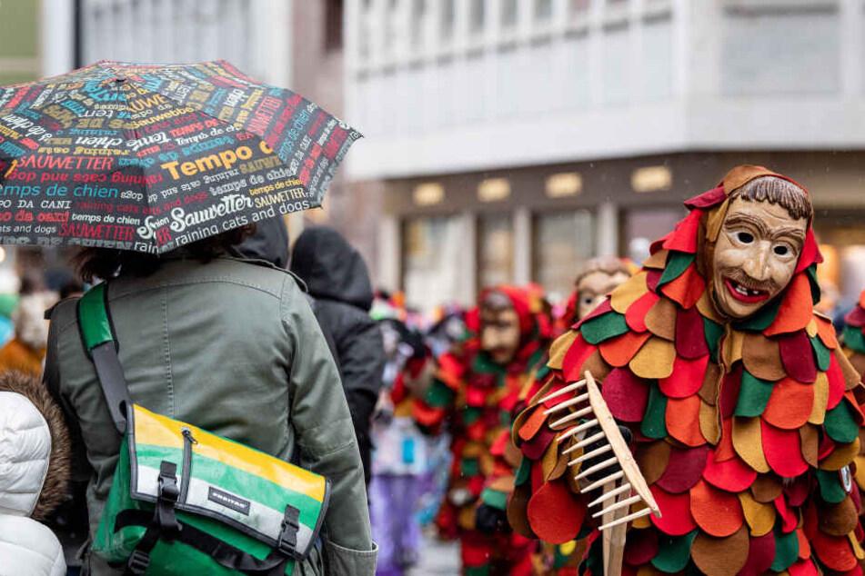 Drama bei Karnevalsumzug: 22-Jähriger knallt auf Festwagen mit Kopf gegen Brücke
