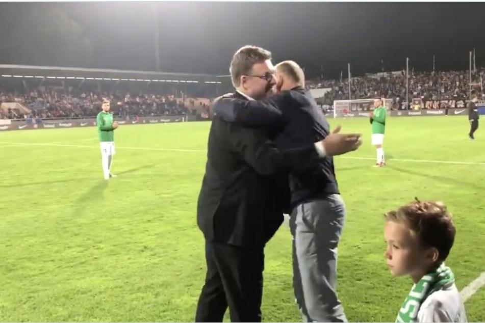 Vorstände unter sich: Chemies Frank Kühne (r.) bekam in der Halbzeitpause von Axel Hellmann (Eintracht) einen Scheck in Höhe von 100.000 Euro überreicht. Die Freude war sichtlich groß.