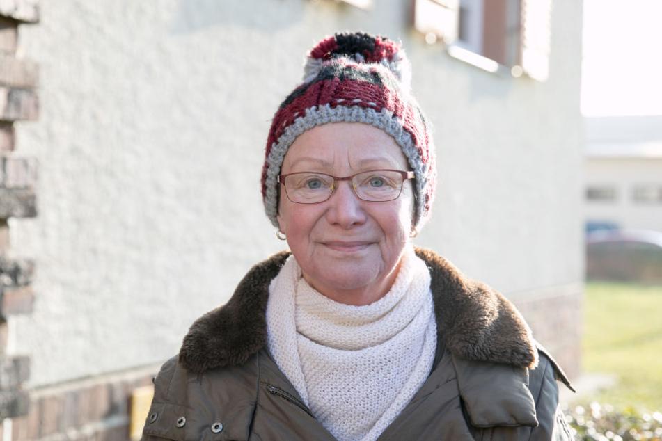 """Nachbarin Annedore Weise (69) ist sauer: """"Ich kann meinen Garten am Haus gar  nicht mehr genießen. Mittlerweile hält sich der üble Geruch auch längere  Zeit."""""""