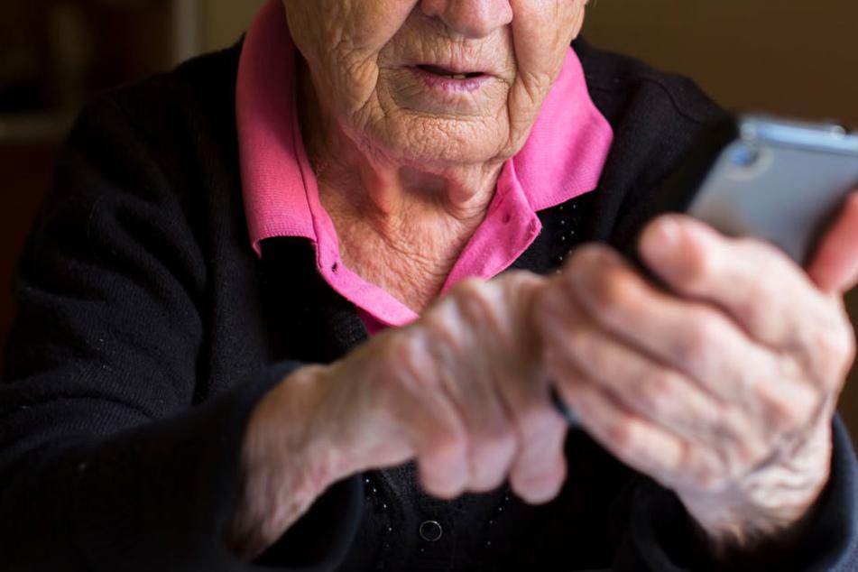 Eine 89-jährige Leipziger fiel am Dienstag auf Telefonbetrüger herein. (Symbolbild)