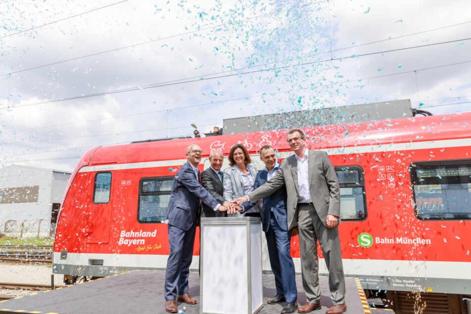 Verkehrsministerin Ilse Aigner (53, CSU, Mitte) drückt symbolisch den Startknopf.