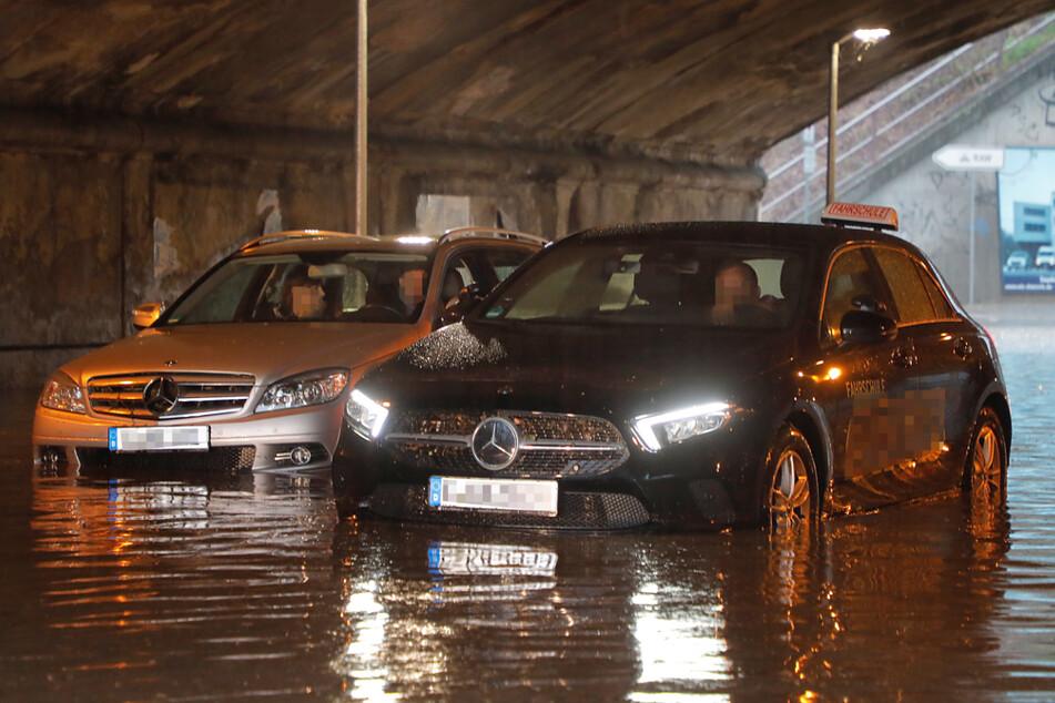 Unwetter tobt über Sachsen: Straßen unter Wasser!