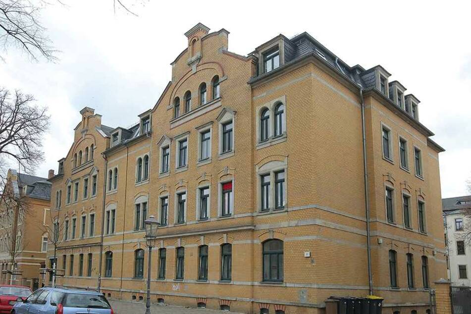 Aus dem ersten Stock des Hauses an der Bünaustraße sprang Sascha K. (40) aus Angst vor dem Täter.