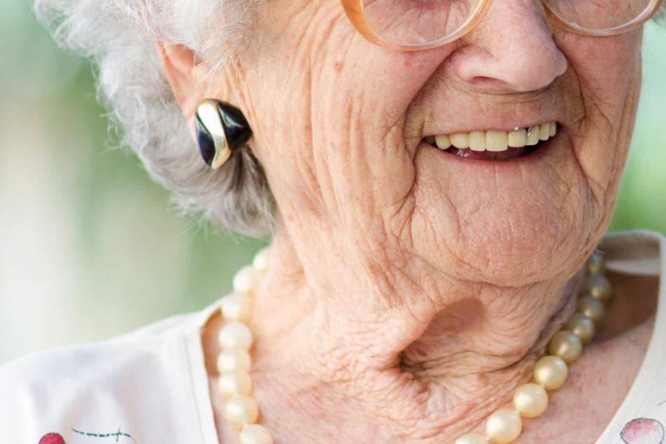Oma verschwindet während Einkauf, doch ihre Erklärung ist grandios