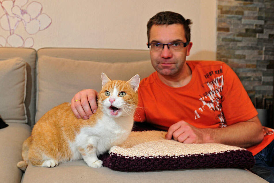Enrico Richter mit seinem Kater Billy: Auf das Tier wurde in Sachsenburg mit einem Luftgewehr geschossen.