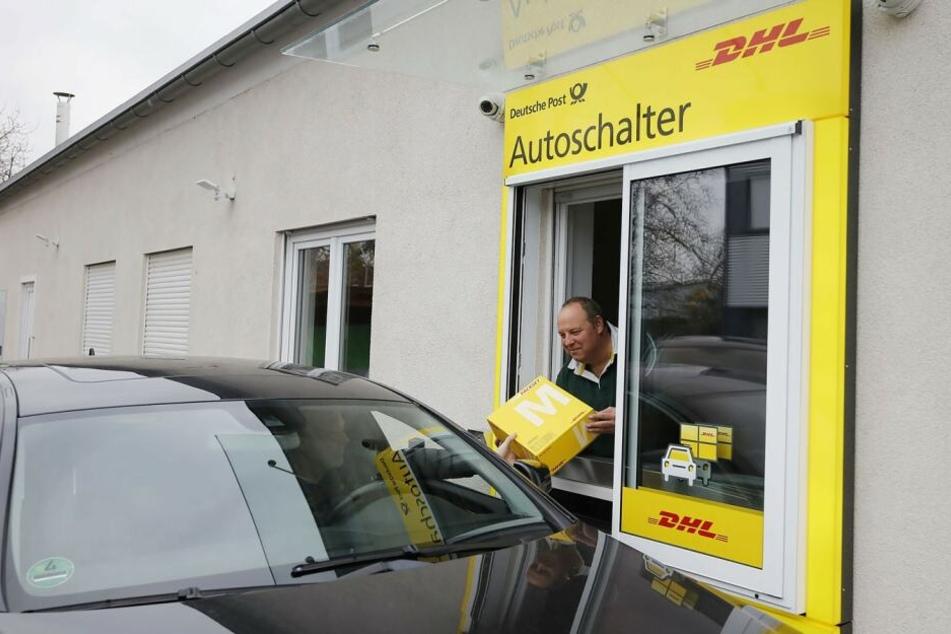 Seit Dezember können Kunden ihre Pakete auch bequem aus dem Auto heraus in Empfang nehmen.