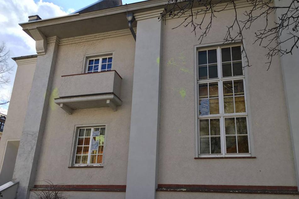 An verschiedenen Stellen wurde die Außenfassade der Kirchgemeinde in der Nacht zum Mittwoch von Farbbeuteln getroffen.