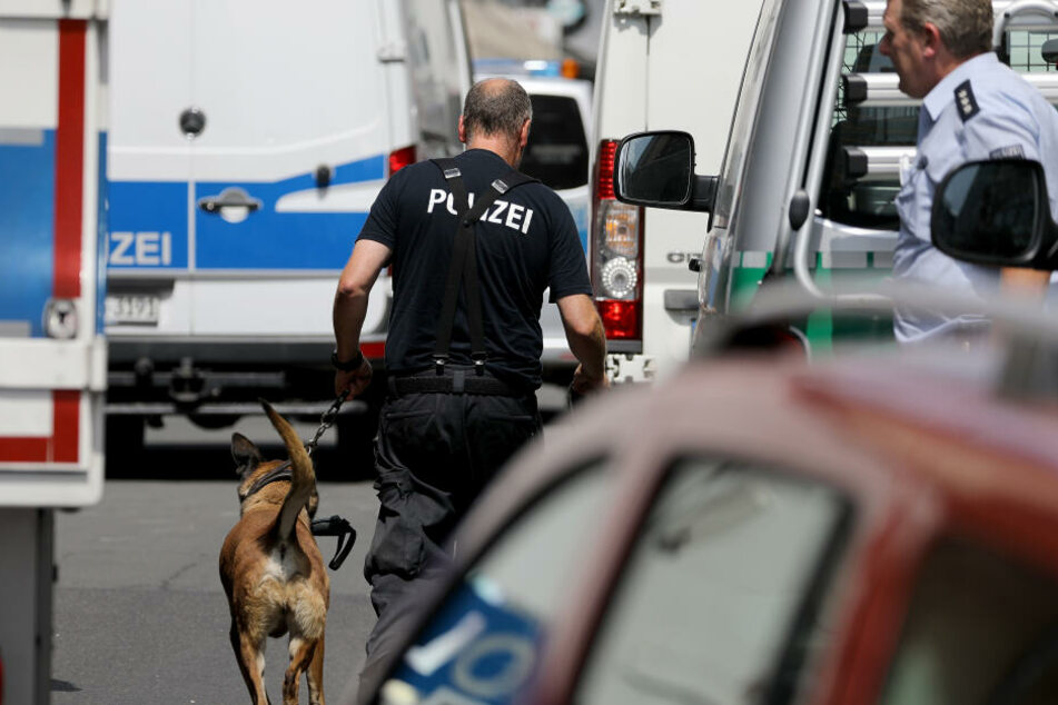 Die Polizei hat am Donnerstag Wohnungen mutmaßlicher Gefährder aus dem islamistischen Umfeld unter anderem in Köln durchsucht.
