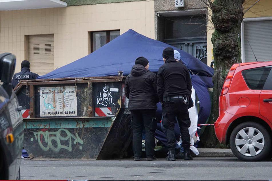 Die Polizei baute ein Sichtschutzzelt um die Leiche.