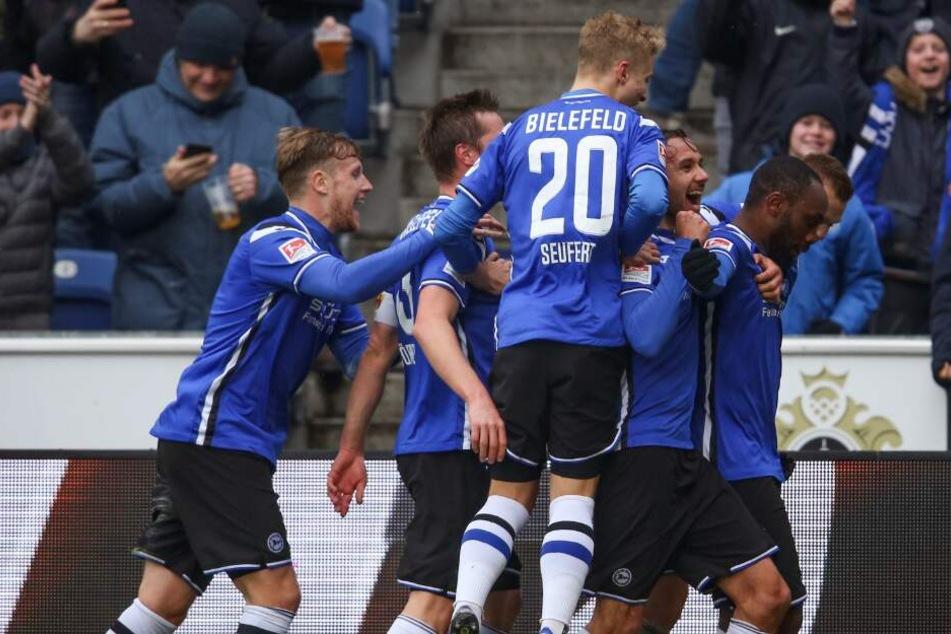 Bielefelds Torschütze Reinhold Yabo (r.) feiert seinen Treffer zum 2:0mit der Mannschaft.