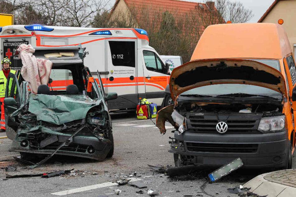 Bei dem Unfall sind drei Personen schwer verletzt worden.