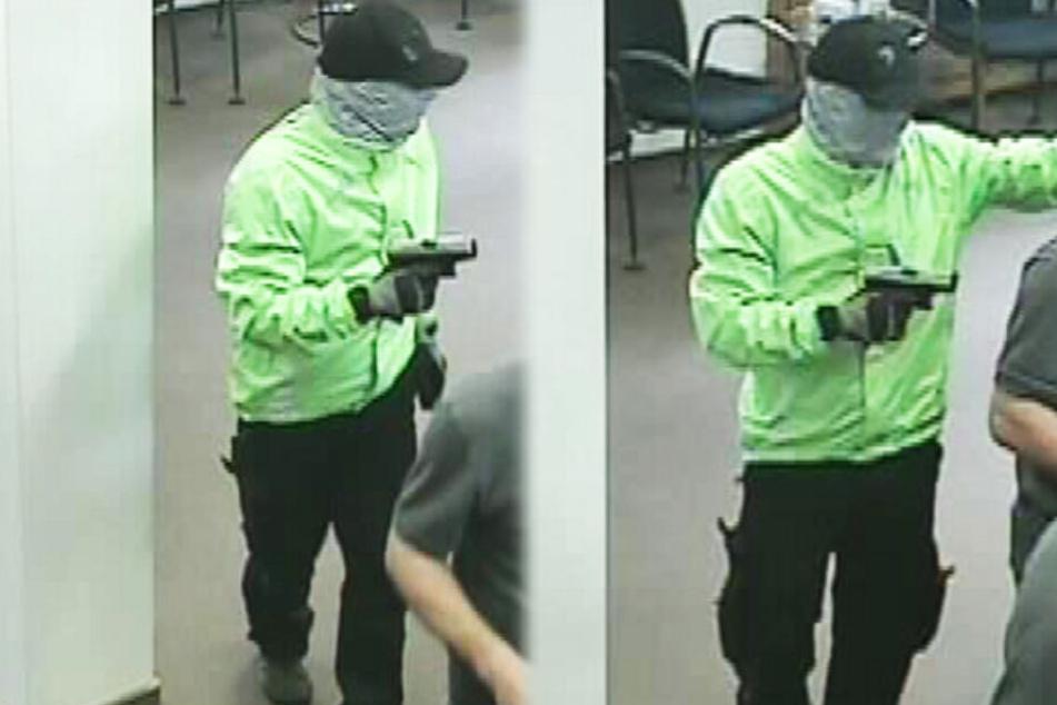 Krasse Bilder: Hier stürmt ein Bankräuber mit Pistole in eine Filiale
