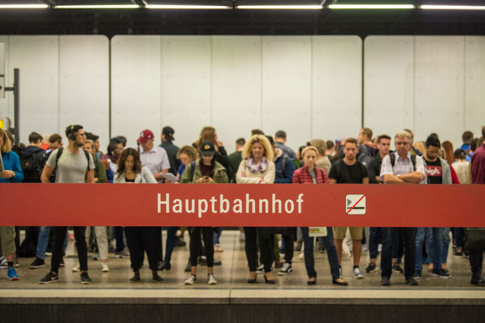 Wartende am Hauptbahnhof: Wer am Wochenende unterwegs ist kann sich auf mehr öffentliche Verkehrsmittel verlassen. (Archivbild)