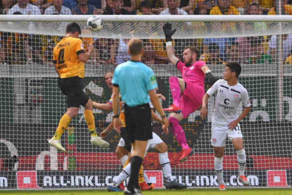 Robin Himmelmann irrte bei einer Ecke durch den Strafraum. Dresdens Nikolaou musste nur noch einköpfen.