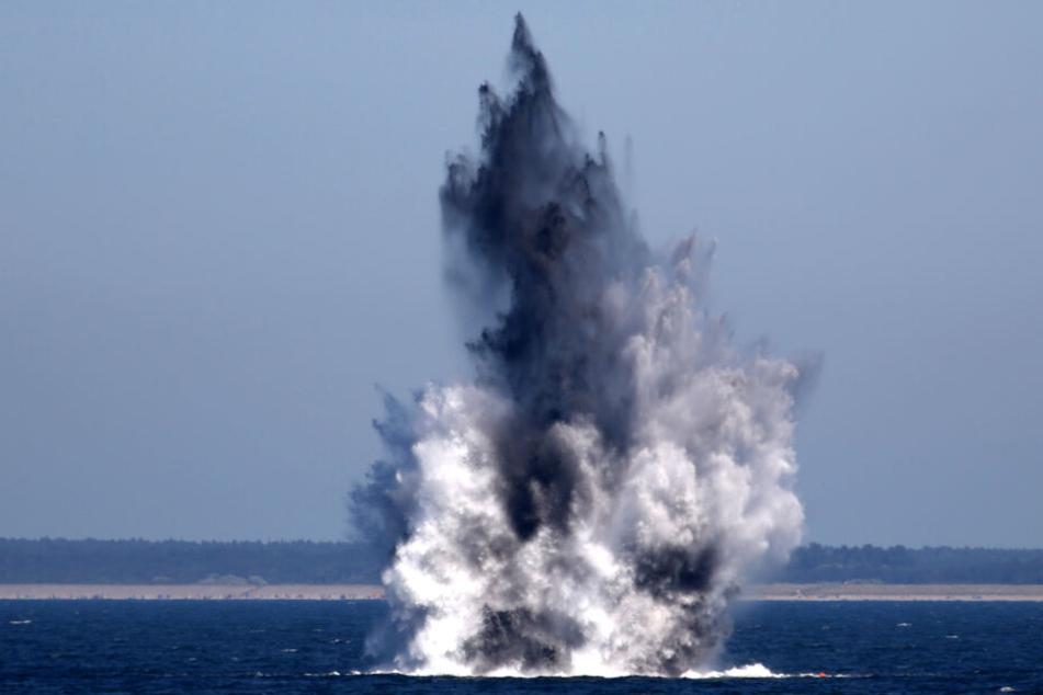 Zwei Wasserbomben werden in der Ostsee gesprengt.