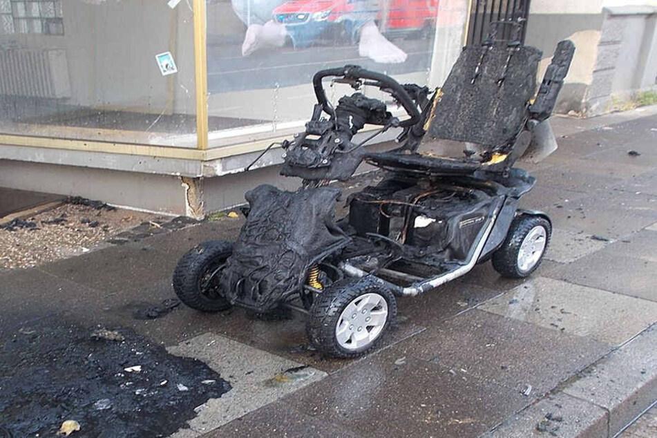 Die Reste des völlig zerstörten Elektromobils mussten abgeschleppt werden.
