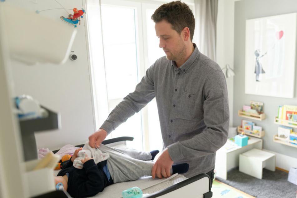 Der Kölner Johannes Albers (33) kümmert sich in seiner Elternzeit zehn Monate lang um seinen Sohn.