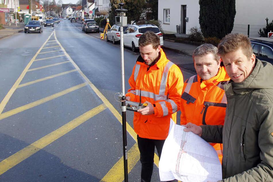 Jens Nickolaus (li.) und zwei Mitarbeiter der Baufirma besprechen nochmals genau den Bauplan.