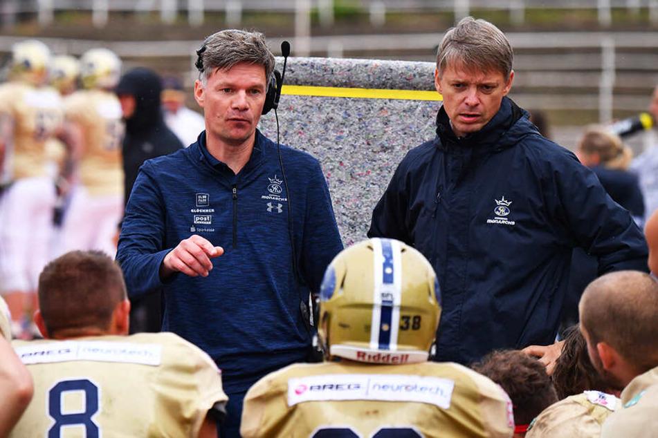 Die Ansagen von Headcoach Ulrich Däuber (h.l.) und Defense Coordinator Thomas Stantke haben gefruchtet.