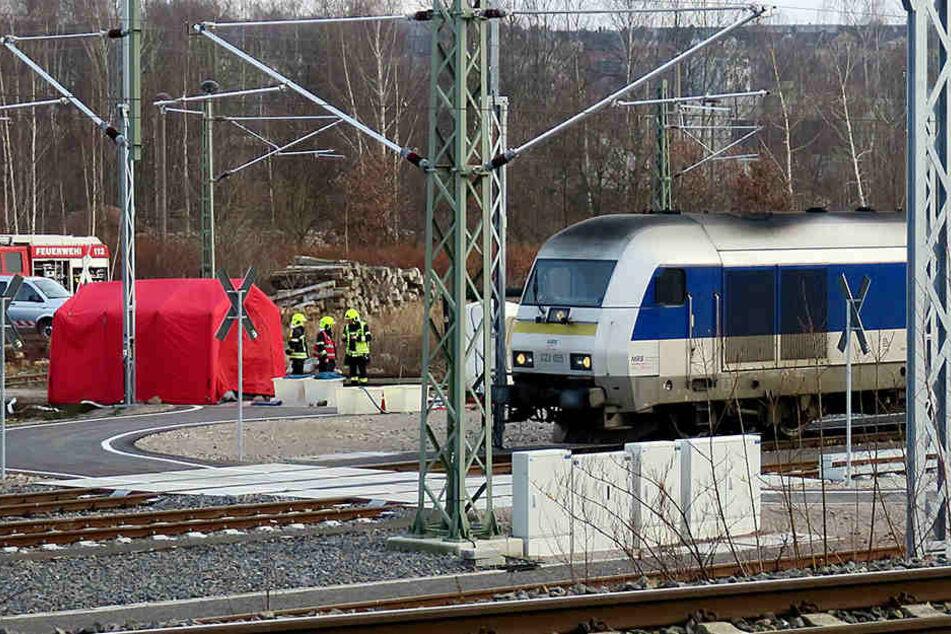 In einem Zug der MRB haben Unbekannte am Dienstag weißes Pulver verstreut, Einsatzkräfte sind vor Ort um die Substanz zu untersuchen.