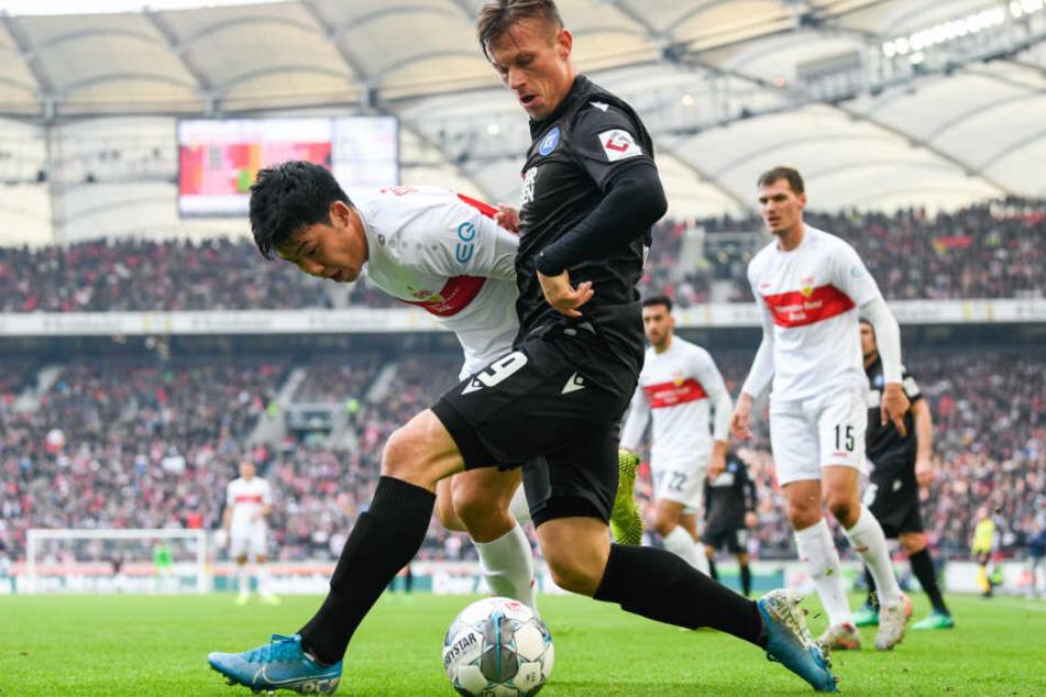 Wataru Endo (l) vom VfB Stuttgart in Aktion gegen Marvin Pourie (r) vom Karlsruher SC