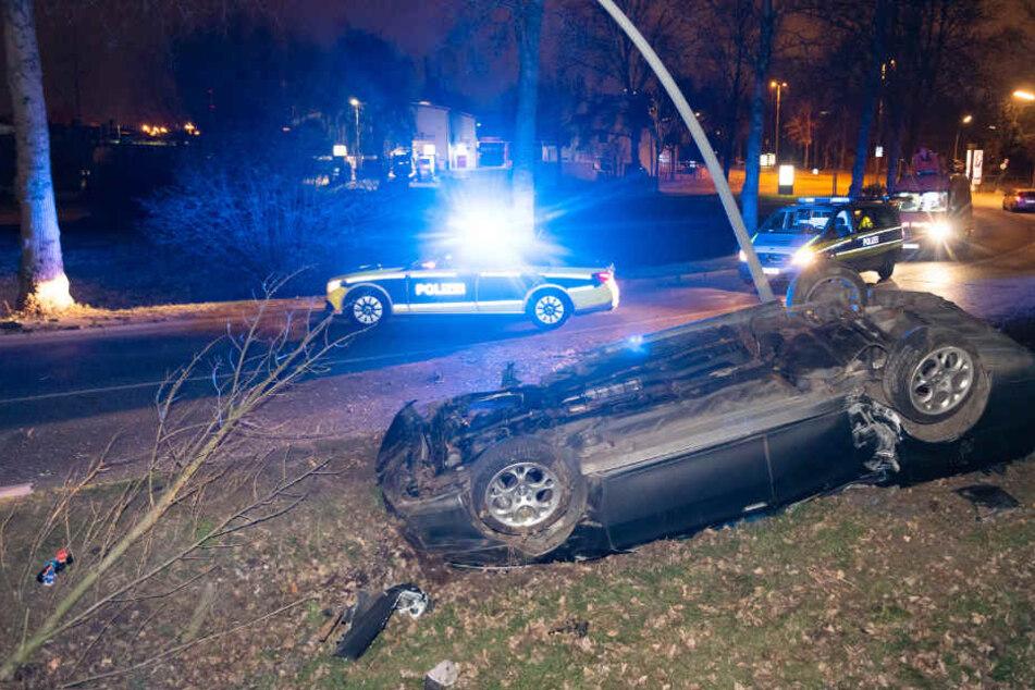 Das Auto blieb bei dem Unfall auf dem Dach liegen.